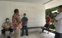 Fritch visite l'infirmerie de Rangiroa