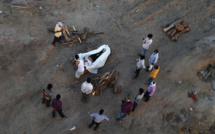 Flambée du Covid en Inde: des pays voisins ferment leurs frontières