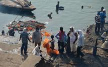 Inde: un filet placé en travers du Gange pour repêcher des morts du Covid-19
