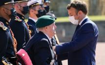 Macron commémore l'appel du 18 juin avec deux illustres vétérans