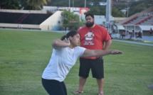 Loveleina Wong Sang, grand espoir de l'athlétisme polynésien, travaille sa technique de lancer sous le regard intransigeant de son mentor Tumatai Dauphin.