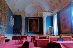La salle des séances rouge.