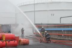 De l'eau est projetée sur les cuves pour éviter leur échauffement.
