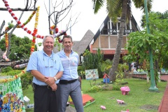 De gauche à droite  Pascal Grand et Eric Dupont dans les jardins de la mairie de Faa'a.