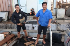 Non loin, des plongeurs se préparent pour une mise à l'eau. Ils sont cinq, trois d'entre eux assurent la sécurité des deux autres. Lesquels participent à la manœuvre du jour. C'est André Puairai et Daniel Teatiu.