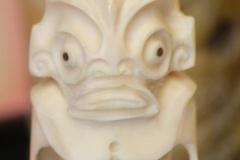 Tiki en os, tou et nacre (croix marquisienne sur le parement frontal)