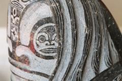 """Tiki """"chevelu"""" en lave à grain fin, partiellement poli (tiki dans chaque oeil)"""
