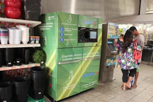 Machine à collecter les bouteilles plastiques et les cannettes d'aluminium.