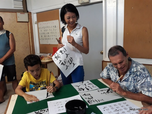 L'atelier de calligraphie japonaise était conduit par Akari Okamune