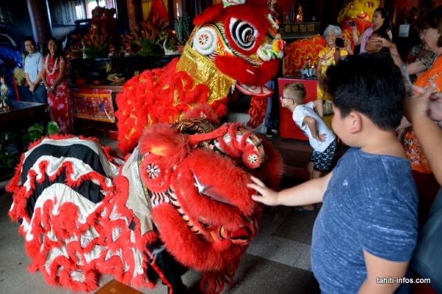 d-Le Lion est très amical, les enfants l'adorent