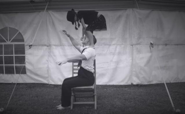 Nina et Sébastien réalisent ensemble un certain nombre d'acrobaties.