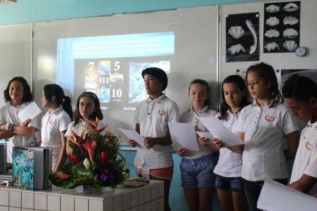 Le premier livre a été offert à une classe du collège de Punaauia.