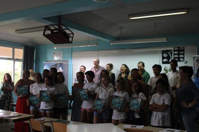 Le livre a été remis en présence de la ministre de l'Éducation.