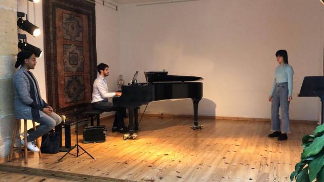 Tinalei avec le pianiste et chef de chant Yoann Piazza qui l'a coaché en visioconférence depuis début novembre ainsi que Fabrice di Falco, l'organisateur du concours et chanteur d'opéra.