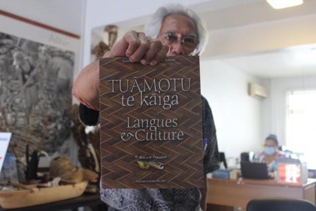 Tuāmotu te kāiga, langue et culture paru en 2001 chez Haere pō.