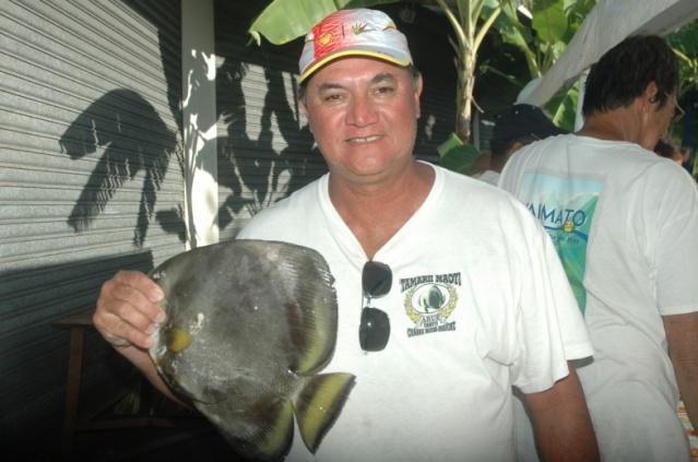 Tonio FAIVRE, président du club Maoti et organisateur de la 5ième manche présente le poisson emblême de leur club, le paraha peue