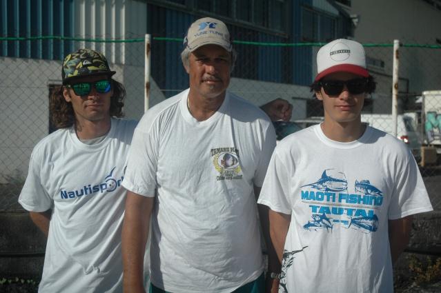 Tearii COWAN (à d) la nouvelle flêche montante a été coaché comme à l'accoutumée par son père tandis que son frère a assuré sa sécurité