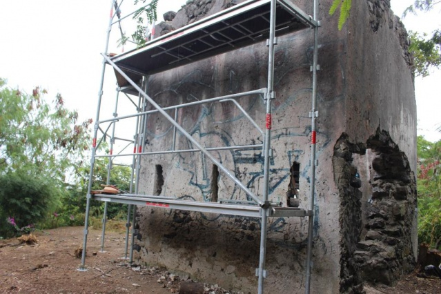 Fortin Pare iti : l'entrée se faisait sur la gauche grâce à une échelle. Le trou à droite est une détérioration.