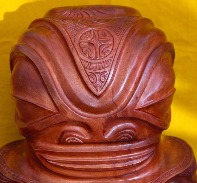 Tiki en miro (bois de rose d'Océanie, Thespesia populnea) portant sur le front la croix marquisienne