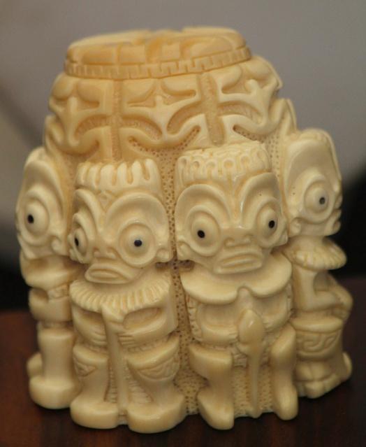 Tiki en ivoire, sculptés dans la base d'une dent de cachalot