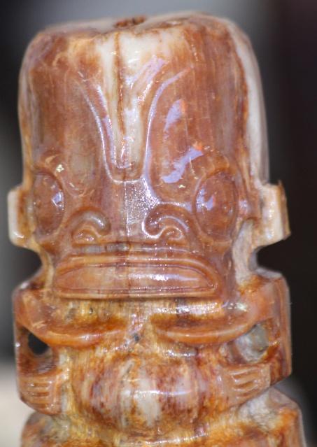 Tiki sculpté dans la base d'un rostre de marlin