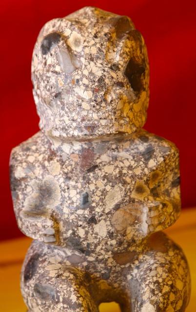 Tiki en lave pyroclastique (cendres, lapillis, fragments de bombes volcaniques...)
